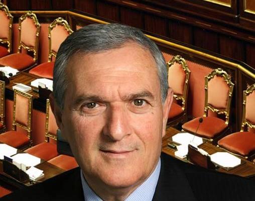 primo piano del senatore vincenzo d'anna con alle spalle lo sfondo del senato
