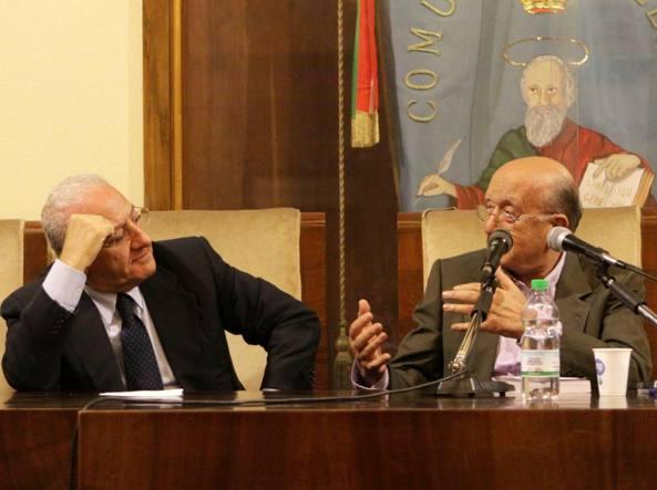 In foto il candidato alla presidenza della regione campania de luca col politico democristiano ciriaco de mita