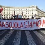 Manifestanti con uno striscione con la scritta 'la buona scuola siamo noi'