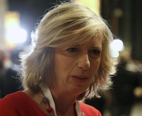 Primo piano del ministro dell'istruzione Stefania Giannini in abito rosso