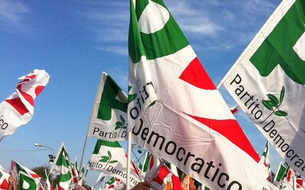bandiere del partito democratico con sfondo cielo sereno