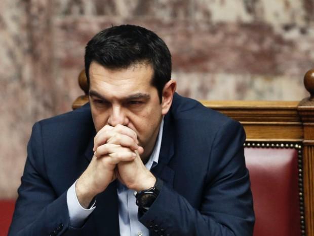 tsipras con espressione preoccupata e mani giunte