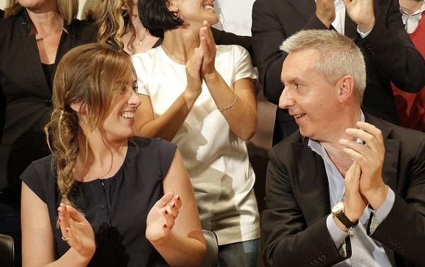 a sinistra ministro maria elena boschi a mezze maniche e guerini mentre applaudono