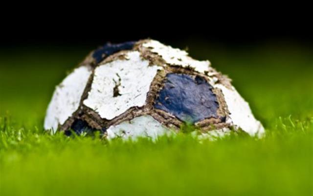 pallone di calcio su prato verde nomi arrestati calcio scommesse