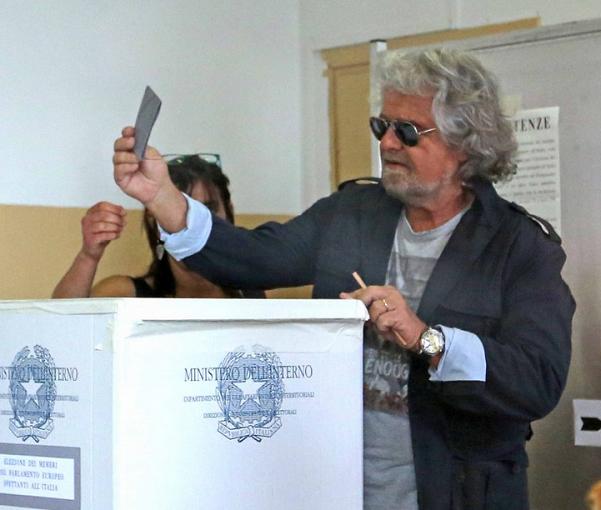 grillo al seggio esibisce la scheda elettorale prima di inserirla nell'urna