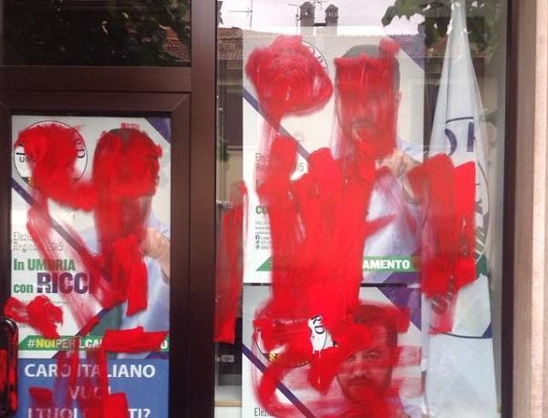 vetrine sede lega a marsciano imbrattate di rosso