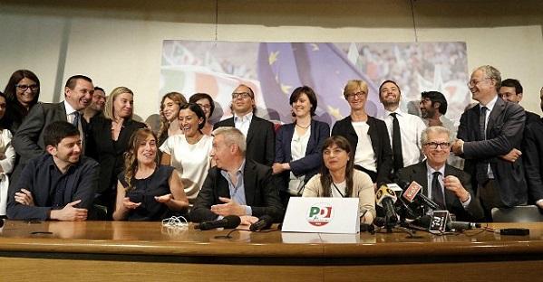 foto di gruppo nella sede del pd dopo vittoria elezioni europee 2014