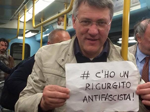 maurizio landini fotografato in metro con in mano cartello con scritta c'ho un rigurgito antifascista