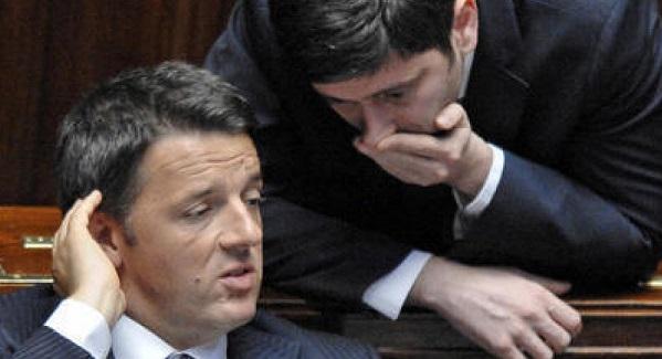 speranza parla sottovoce all'orecchio del premier renzi al tavolo del governo di montecitorio