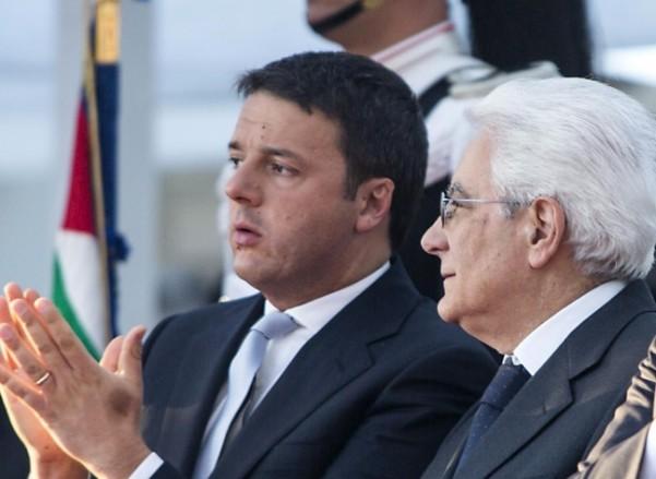 referendum costituzionale, Renzi di fianco a Mattarella con mano aperta