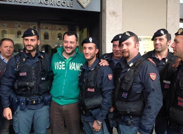 Salvini con una delegazione di rappresentanti delle forze dell'ordine (poliziotti in divisa)