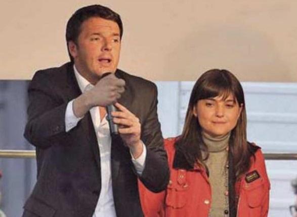 sul palco renzi con microfono in mano e affianco serracchiani con giacca rossa