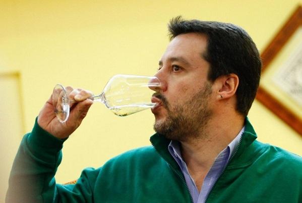 segretario sorseggia un bicchiere di vino bianco