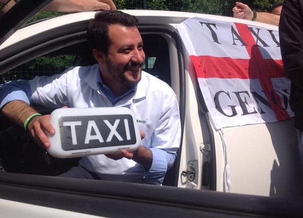 salvini affacciato da un taxi