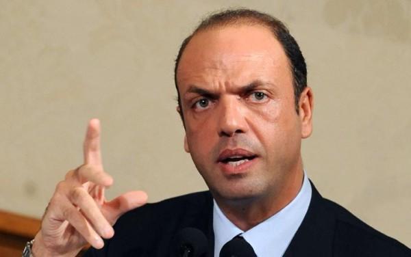 """La proposta di Alfano: """"Soldi sindaci per le case ai rom"""""""