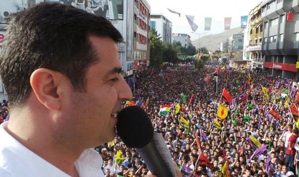 Demirtas elezioni Turchia parla durante un appuntamento elettorale
