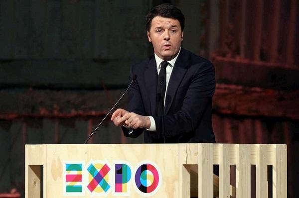 Renzi mentre parla dal palco dell'Expo