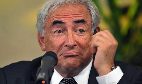 Strauss-Kahn con un'espressione del viso tra lo stupito e lo smarrito