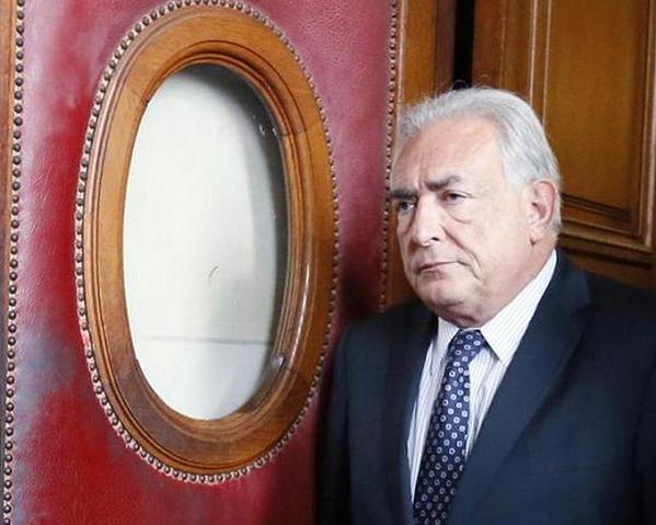 Strauss-Kahn con camicia chiara e cravatta scura