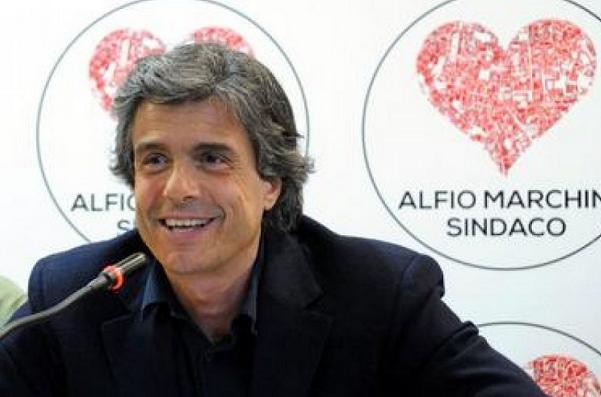 elezioni roma marchini in conferenza stampa con dietro il simbolo della lista civica alfio marchini sindaco