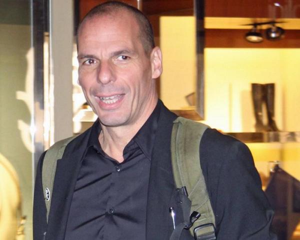 zaino in spalla e sorriso smagliante per il ministro delle finanze greco varoufakis