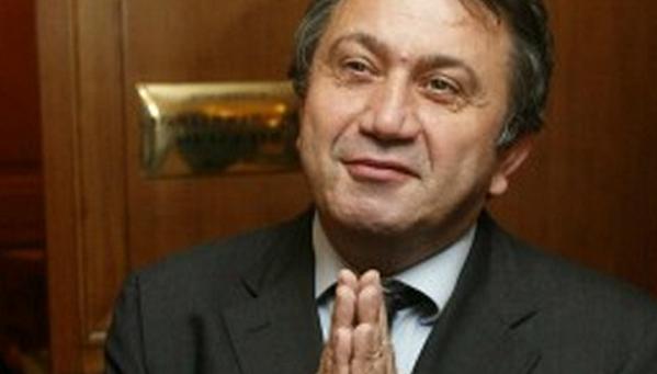 il senatore azzollini con la mani giunte in giacca e cravatta