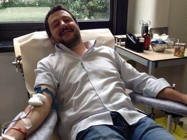 il leader della lega durante la donazione di sangue