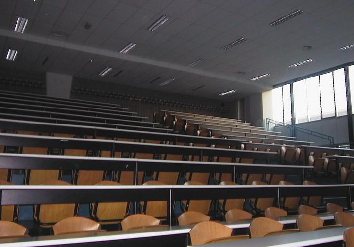 aula universitaria deserta