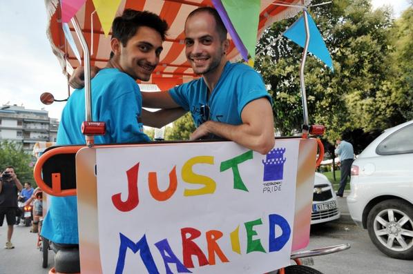 Chiesa e gay: due persone gay sorridenti appena sposati