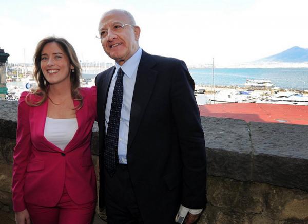 de luca abbracciato al ministro per le riforme maria elena boschi in abito viola