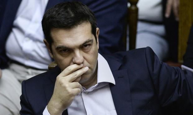 alexis tsipras con mano alla bocca