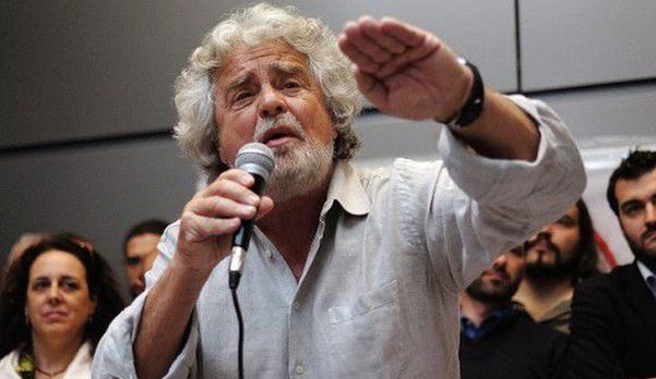 il leader del movimento 5 stelle con camicia chiara sbottonata e microfono in mano