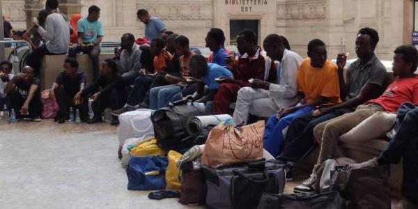 migranti alla stazione di Milano