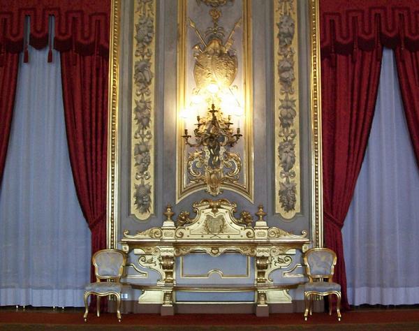 immagine di una delle sale del quirinale poltrone e divano