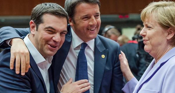 renzi abbraccia tsipras mentre parlano con angela merkel