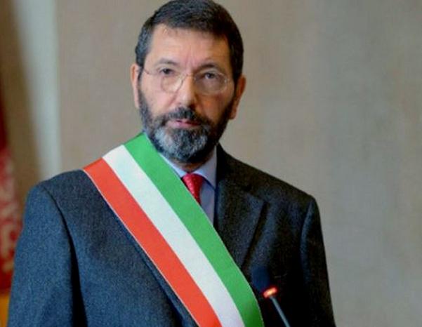 sindaco di roma ignazio marino con la fascia tricolore