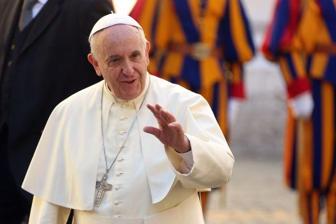 papa francesco in primo piano con la mano aperta