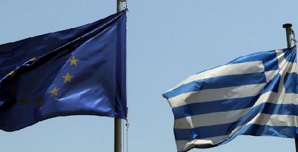 bandiera unione europea affianco a bandiera grecia
