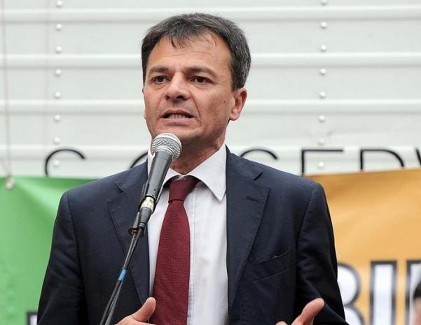 sinistra italiana, stafano fassina durante un incontro pubblico mentre parla al microfono