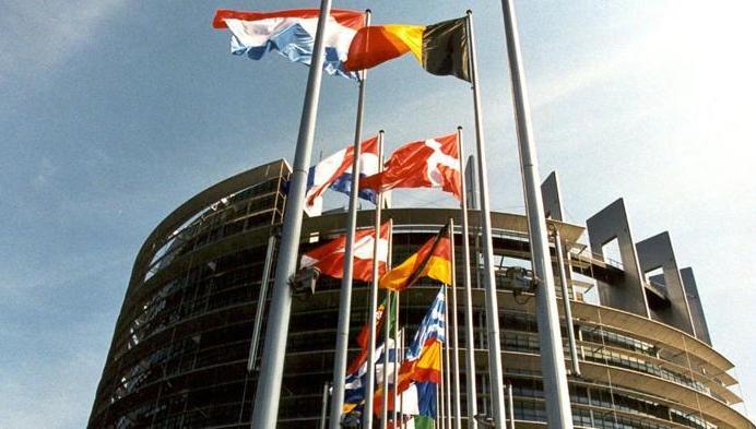 crisi Grecia, parlamento europeo con bandiere