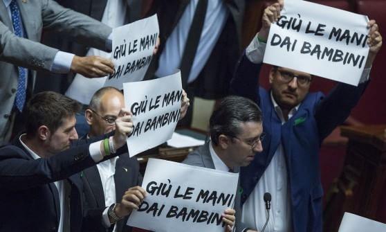 I cartelli della Lega Nord che hanno causato la sospensione della seduta per il voto finale sulla Riforma della Scuola