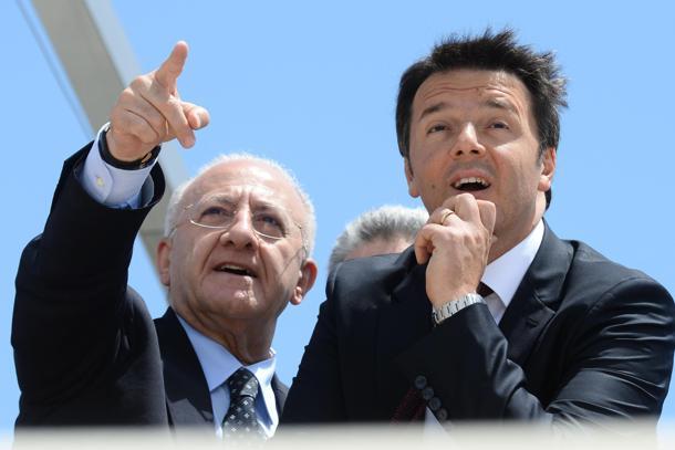 Il presidente del Consiglio Matteo Renzi (D) a Salerno con il candidato alla regione Campania Vincenzo De Luca, 22 maggio 2015. ANSA / CIRO FUSCO