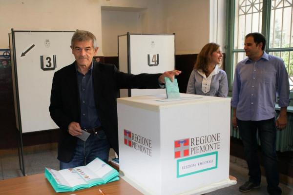 Sergio Chiamparino al voto inflila la scheda nell'urna