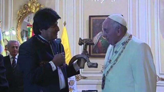 morales consegna il crocifisso con falce e martello a papa bergoglio