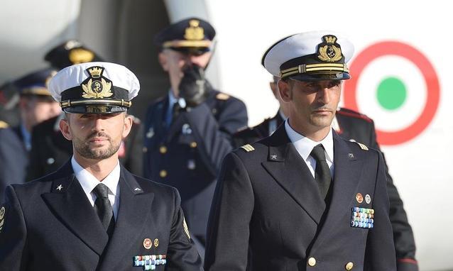 i due marò in uniforme uno di fianco all'altro che camminano