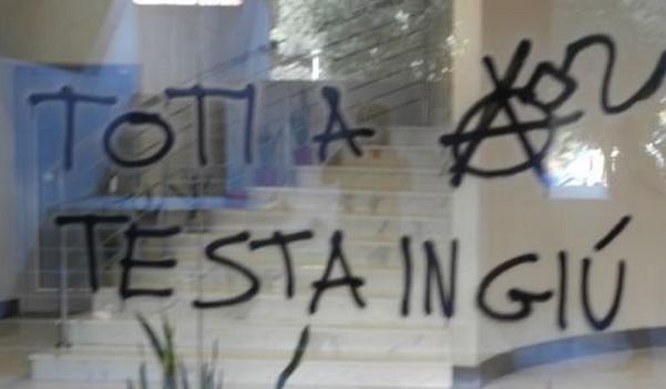 scritta sul vetro di minaccia a presidente regione liguria 'toti a testa in giu'