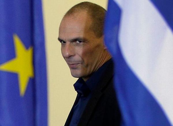 l'ex ministro alle finanze varoufakis tra la bandiera della grecia e quella dell'europa