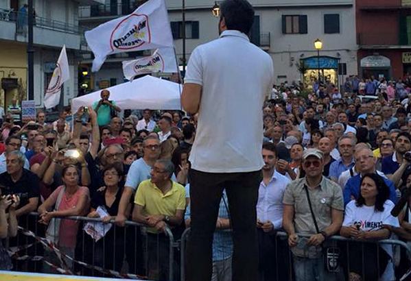 fico di spalle mentre parla durante manifestazione del m5s