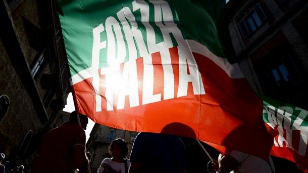 bandiere di forza italia durante manifestazione di piazza berlusconi