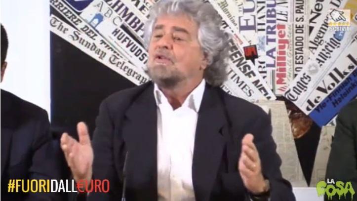 beppe grillo parla in conferenza stampa in evidenza la scritta #fuoridall'euro
